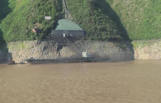 Picture by Dears. Loading coal along Yangtze River, China, 2012
